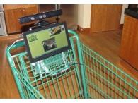 Трансляция рекламы с помощью планшетных ПК, прикрепленных к тележке для покупок